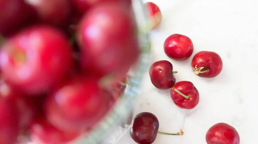 Treat the summer craving with a healthy cherry smoothie that needs no more than 5 minutes!